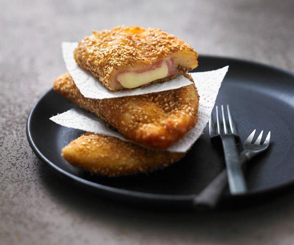 Gourmand vous propose cette fois une recette originale et facile de chaussons panés jambon-fromage. Garanti 100% gourmand et croquant.