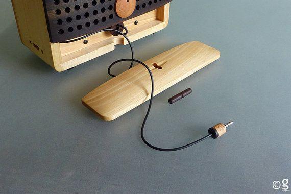 Inspirado por la forma icónica de una radio portátil: alrededor de las perillas, parrilla del altavoz, manija, antena telescópica y la caja de la batería, forma básica caja. Combinar color oscuro y ligero de maderas para representar la parte básica de la radio. No es fácil de hacer, ya que quiero que se ve como productos de madera no uno electrónico. Quiero tiene un aura de madera fuerte, creo que ayudará a construir una relación más cercana al usuario. La radio de madera que traen recuerdos…