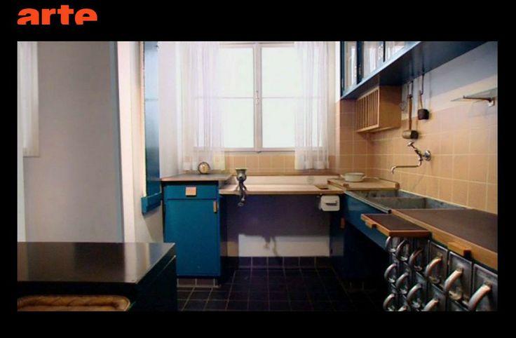 """Vidéo : http://www.tv-replay.fr/redirection/13-04-14/design-arte-10772609.html Concentrer un maximum d'efficacité dans un minimum d'espace, soit 6,46 m2 : tel était le projet de l'architecte autrichienne Margaret Schütte-Lihotzky. Conçue en 1926, la """"cuisine de Francfort"""" peut être installée tout équipée, une nouveauté pour l'époque."""
