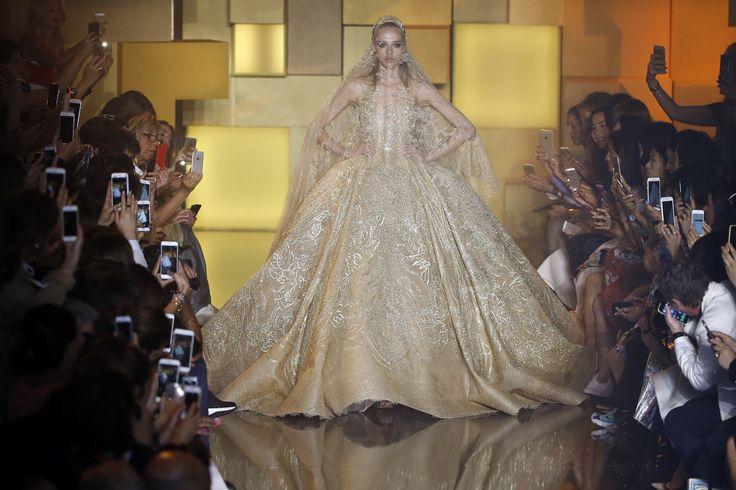 Seorang model memperagakan gaun pernikahan karya desainer Lebanon Elie Saab sebagai bagian dari koleksi Haute Couture Musim Gugur/Dingin 2015/2016 di Paris, Perancis.