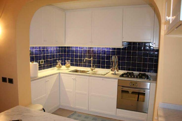 Cucina con verniciatura laccata bianca in nicchia --> http://ow.ly/SEro8
