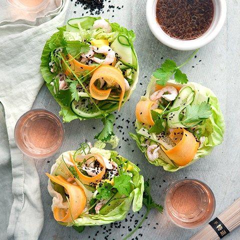 Isbergsrullar med nudlar, räkor, mango, grönsakscruditéer & soyadressing