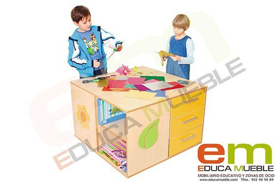 #Mesa con una gran parte superior que permite a varios #niños #jugar a la vez. Perfecto para jugar conbloques, hacer puzzles, etc. La mesa tiene tres cajones y dos estantes en lados opuestos. #Mobiliario #infantil para centros de #educación como #colegios o #guarderías - Tienda Educamueble