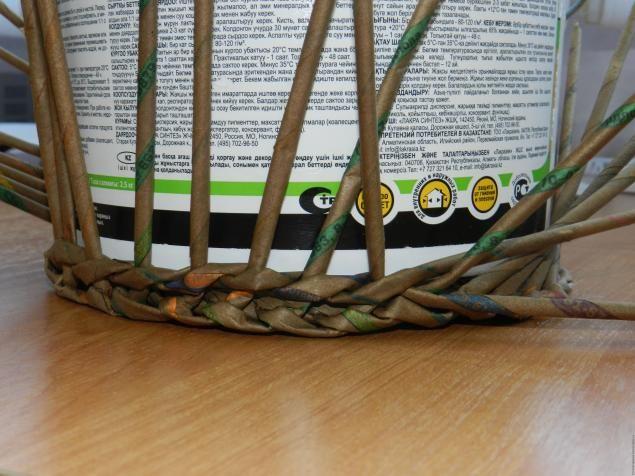 Для начала работы на понадобится 16 трубочек. Кладем трубочки по 4 штуки и выладываем их крестиком, чуть склеить клеем для того чтобы было проще начинать плести. Серединку трубочек чуть придавить и начинаем плетение в 2 трубочки - веревочкой. Сложить рабочую трубочку пополам, обвиваем ею одну из 4-х пар трубочек и обплетаем первый ряд крестовины, тесно прижимая рабочую трубочку к центру.