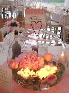 fleurs et bougies dans une boule