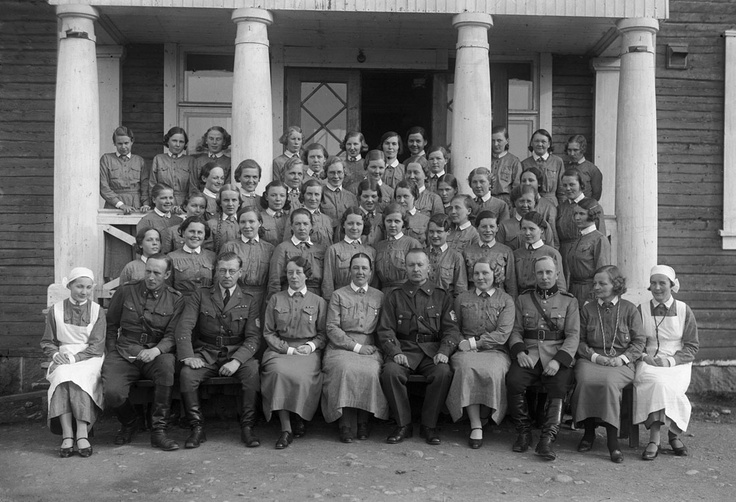 The Lotta women's group photo on the steps of the house Guard. Sitting in the front row in the middle of the pastor Anshelm Mikkonen and his wife Elma.