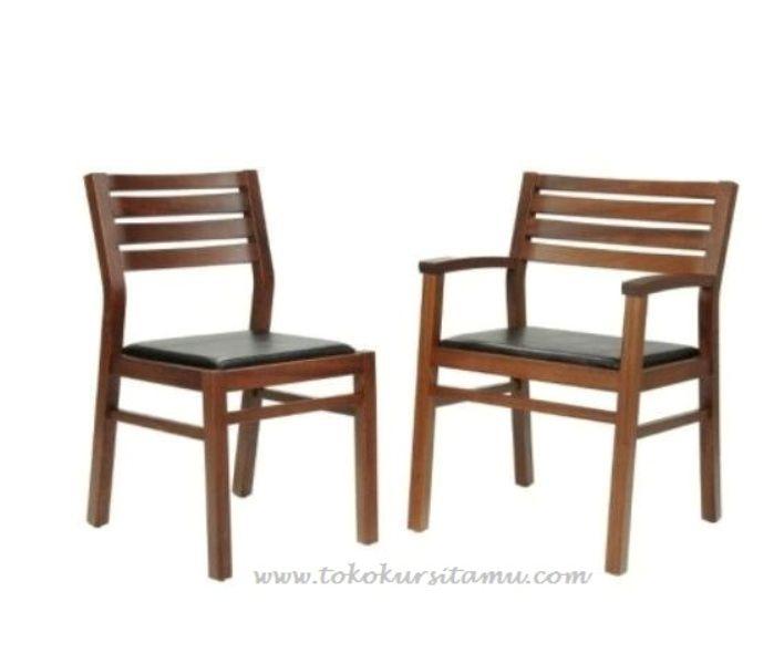 Kursi Cafe Jati Natural KCF-001 ini terbuat dari kayu jati berkualitas dengan desain simple minimalis yang dipadukan dengan spoon empuk pada dudukannya.