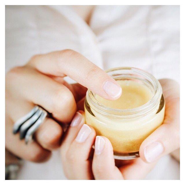 DIY beauté : faire son huile scintillante maison, recette dispo sur mon blog beauté http://bdcbleblog.com/diy-huile-scintillante-maison/ #diy #diybeauté #green #zerodechet
