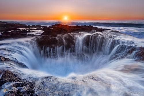 Thor's Well – #Соединённые_Штаты_Америки #Орегон (#US_OR) Все-таки сколько на свете удивительных мест и явлений! Вот мыс Перпетуа (Северная Америка), везде прилив как прилив, а здесь во время него каждый раз происходит просто феерическое зрелище - главное знать, куда смотреть. А смотреть надо на штуковину, прозванную Колодцем Тора, или Вратами в подземелье. #достопримечательности #путешествия #туризм http://ru.esosedi.org/US/OR/1000045940/thor_s_well/