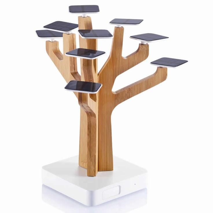 Deze prachtige designboom is een oplader voor je mobiele telefoon of MP3 speler. De zwarte blaadjes zijn zonnepanelen die de ingebouwde lithium batterij opladen waarna de energie rechtstreeks in je apparaat gepompt wordt. Een prachtig, exclusief en bekroond ontwerp. Hebben? 119,95