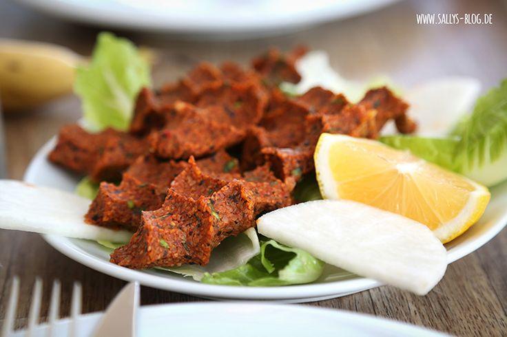 Cigköfte sind vegane türkische Frikadellen, die als Fingerfood zubereitet und verspeist werden. Als Basis dient ein feiner Bulgur, der mit Gemüse und Gewürzen verfeinert wird. Zubereitung: 40 – 50 Min. Zutaten für 4 Personen: 500 g feiner Bulgur (Köftelik Bulgur) 5 Tomaten 2 Zwiebeln 2-3 Knoblauchzehen 1,5 TL Salz 1 TL Pfeffer 1 EL Kreuzkümmel …