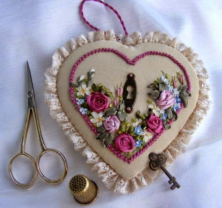 igielnik serce z haftem wstazeczkowym