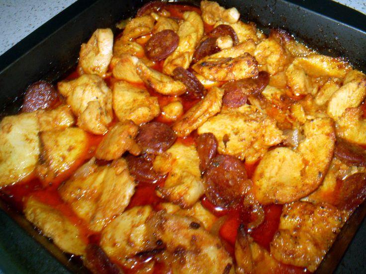 Kuřecí maso nakrájíme na větší díly, vložíme do mísy, přidáme klínky cibule a kolečka klobásy.Zalejeme olejem(cca 4-5lžic), přisypeme papriku,...