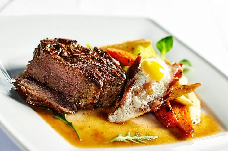 Máte chuť na pořádný steak? V restauraci Pytloun Vám kromě české kuchyně nabídneme také například tenký steak s restovanou zeleninou a vejcem na slanině.  #pytloun #liberec #timeforlunch #lunch #restaurant #food #delicious #steak #mediumrare  #vegetable #bacon #egg