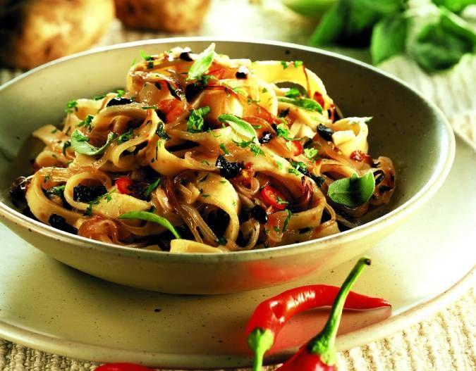 Tagliatelle di patate con sugo alle cipolle e olive