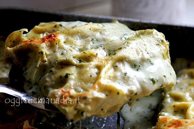 Le lasagne al pesto sono un primo piatto semplice, una stuzzicante variante alle classiche lasagne con il ragù apprezzata anche dai nostri amici vegetariani