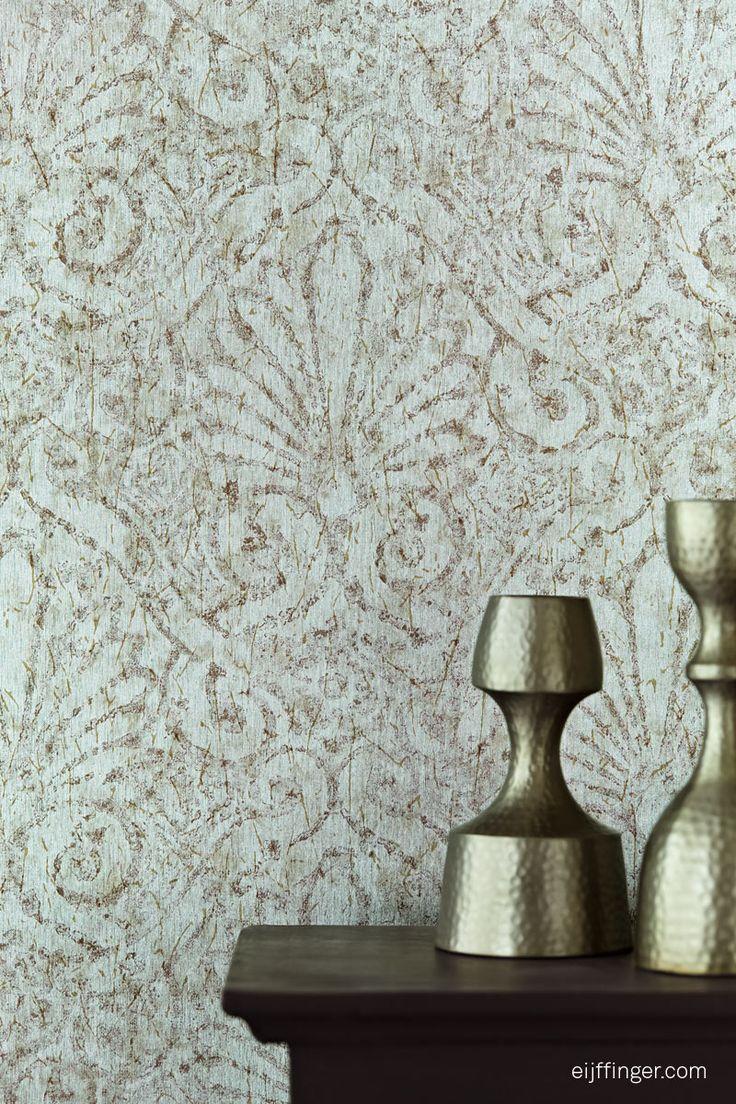 Planish-351037-close Planish laat je muren schitteren met de rijkste materialen. Gouddraden vormen fonkelende patronen, reflecties in zilver vertellen hun eigen verhaal, een sierlijk dessin is gevangen in geborsteld staal.