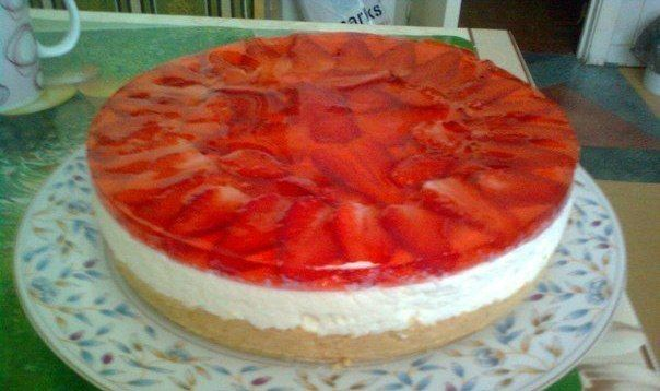 Cheesecake with strawberries without baking
