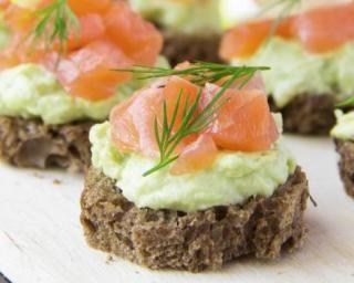 Bouchées de pain complet aux rillettes d'avocat et dés de saumon : http://www.fourchette-et-bikini.fr/recettes/recettes-minceur/bouchees-de-pain-complet-aux-rillettes-davocat-et-des-de-saumon.html