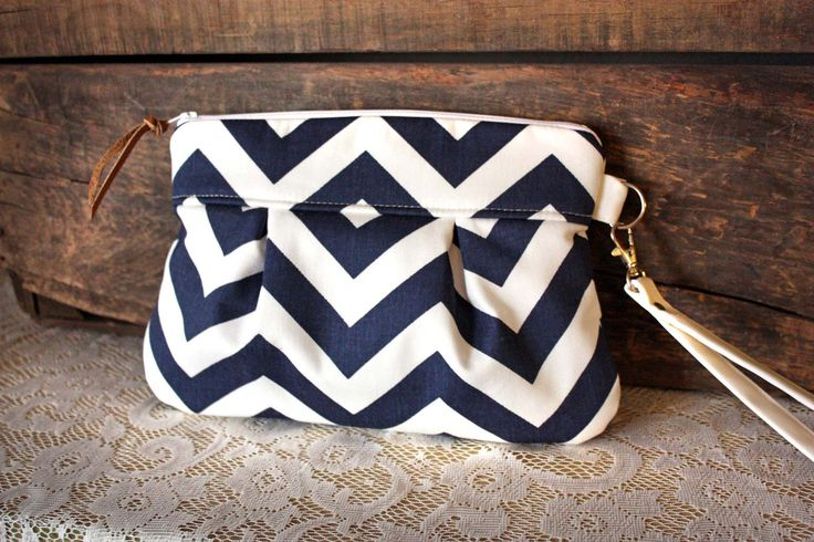 Pleated Chevron Wristlet/ Pouch/ Clutch// Nautical stripe / Navy/White color-Made to Order(Etsy のcindymars7より) https://www.etsy.com/jp/listing/118157665/pleated-chevron-wristlet-pouch-clutch