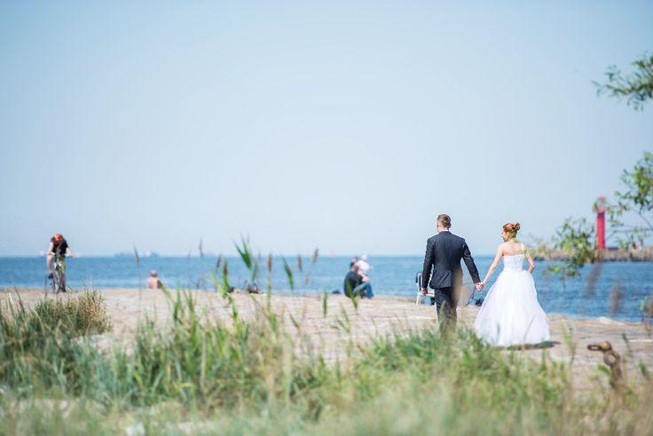 Couple de mariés à la plage