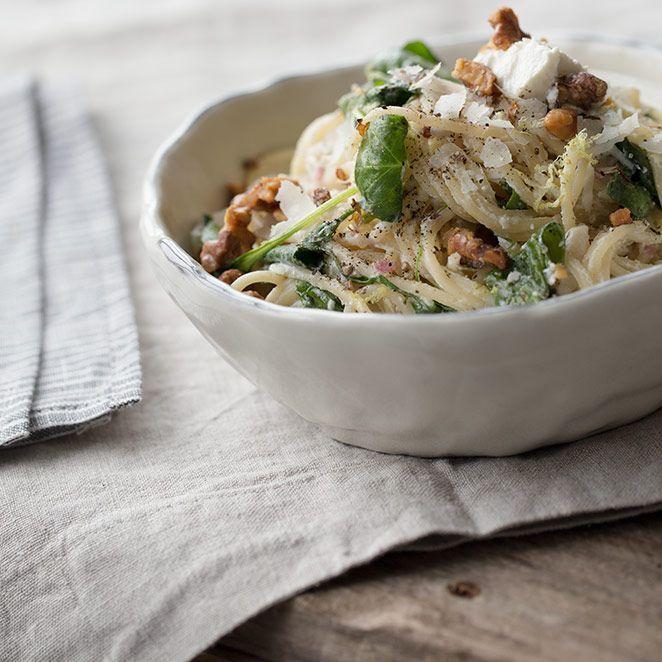 """Diese Spaghetti mit gerösteten Walnüssen, Spinat und Ricotta fallen ganz klar in die Kategorie """"Comfort Food"""": in nur 20 Minuten steht das Essen auf dem Tisch und danach können Sie sich gleich wieder unter die warme Decke kuscheln."""