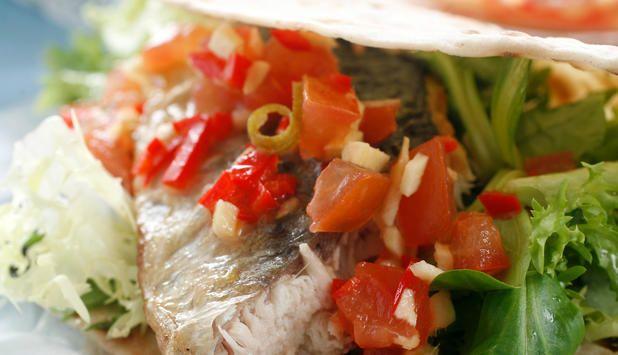 Vil du ha litt sunn helgekos? Server stekt makrellfilet i lompe sammen med din hjemmelagde dressing og salat. #fisk #oppskrift
