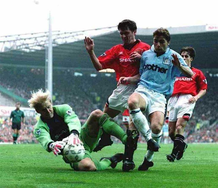 Man Utd 1 Man City 0 in Oct 1995 at Old Trafford. Peter Schmeichel gets the ball from Georgi Kinkladze #Prem