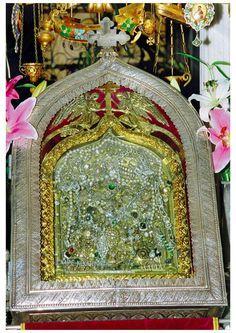 Στη θαυματουργή εικόνα της Παναγίας της Τήνου, η Μεγαλόχαρη απεικονίζεται σε στάση προσευχής να προφέρει τα λόγια από ένα ανοιχτό βιβλίο