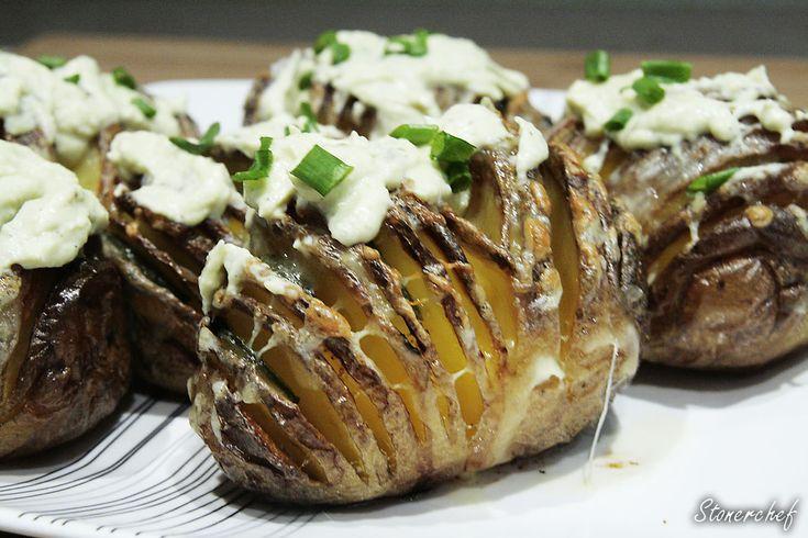 Ziemniaki Hasselback z jalapeno, białym cheddarem i kremowym sosem awokado