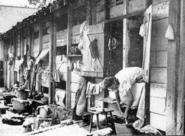 Ze leefden met enorm veel personen in veel te kleine barakken in het Japanse kamp.