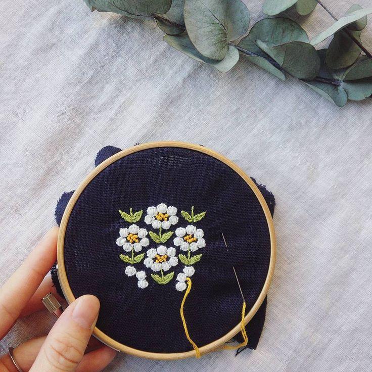 やっぱりこの色合わせ、すごく好きだな♥ #刺繍#ブローチ#brooch #お花#手仕事#ハンドメイド#handmade#kumako365#日々#ユーカリ #ドライ