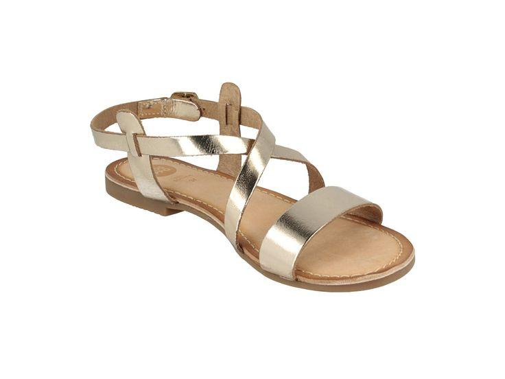 Sandalias de piel doradas con tira al empeine y dos tiras cruzadas. Corte, forro y plantilla en piel. Unas sandalias planas doradas perfectas para tus looks más veraniegos.