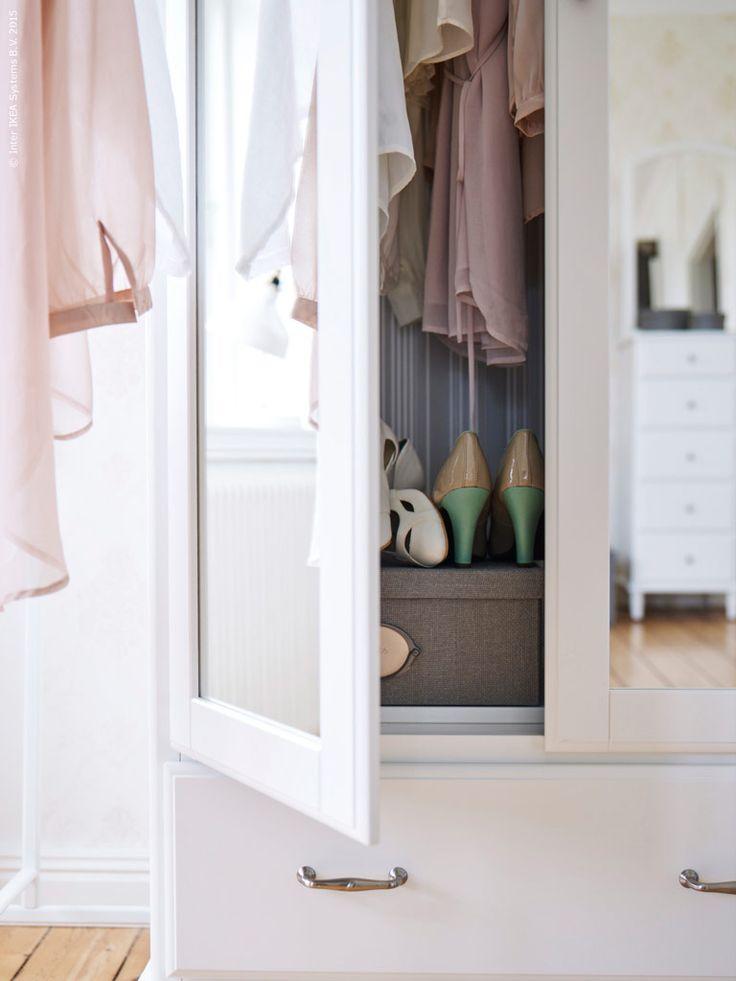 Spegeldörrarna är både praktiska och ger samtidigt karaktär till klädskåpet TYSSEDAL.