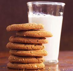 I biscotti vegani alla banana si preparano in pochissimi minuti e sono anche molto economici: ecco la ricetta.