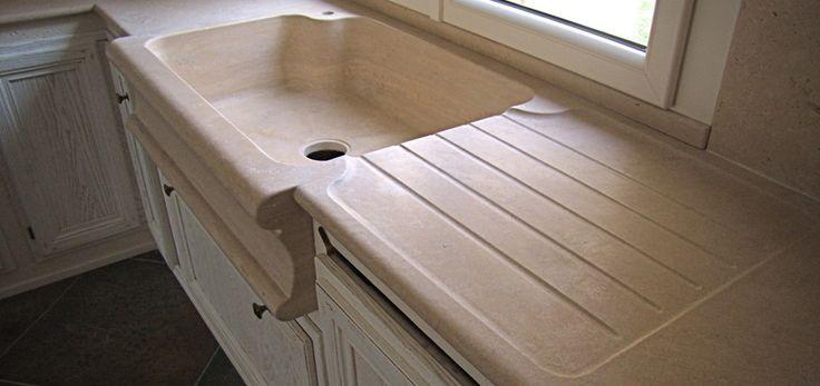 0004 REALIZZATO progetto piani cucina in travertino classico e lavello scavato dal blocco con capitelli reggicappa, design by blancomarmo.it