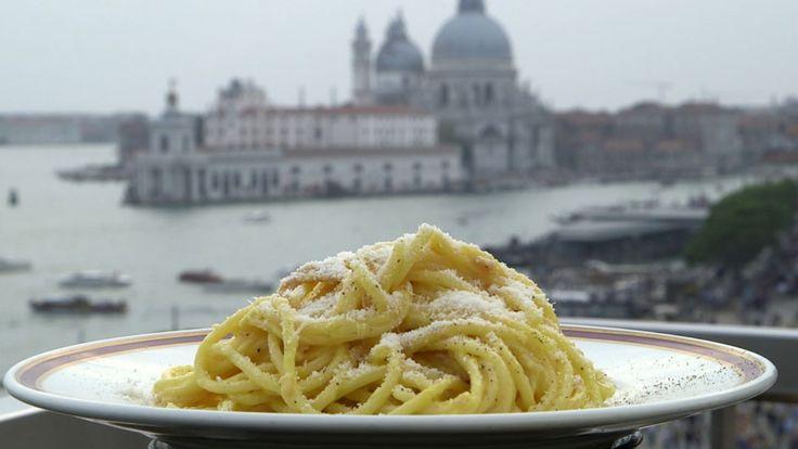 Ifølge brødrene Price smaker Spaghetti Danieli hysterisk godt. Og pastaretten er så lett å lage at det er nesten å bli flau over. Det som er viktig er å bruke de beste råvarene: God skinke, parmesan, fløte, egg og nykvernet pepper.