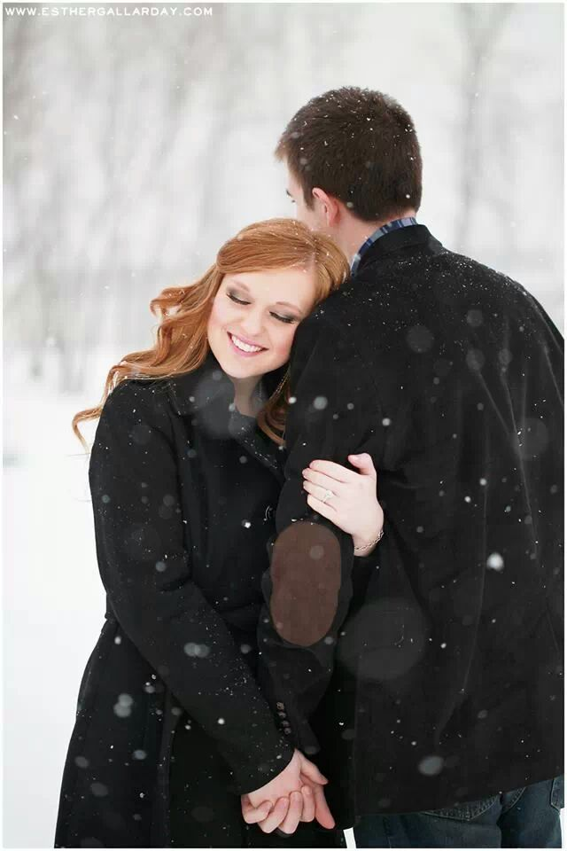 Winter engagement shoot, engagement pose, snow engagement pictures www.esthergallarday.com