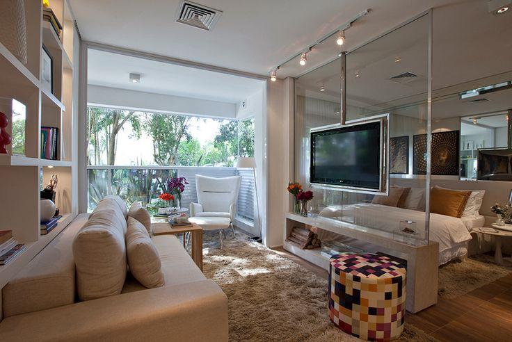 integrando o quarto do casa com a sala uma tv que gira
