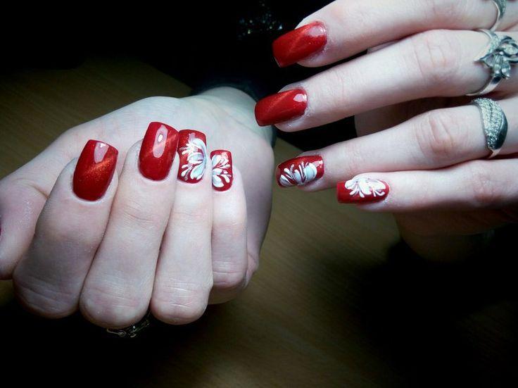 Красный магнитный маникюр с белоснежными цветами. Модный и красивый дизайн маникюра, необычные и стильные идеи в нейл-арте, технологии их выполнения. Фото и видео шикарного, оригинального и классного маникюра и педикюра на сайте modnail.ru