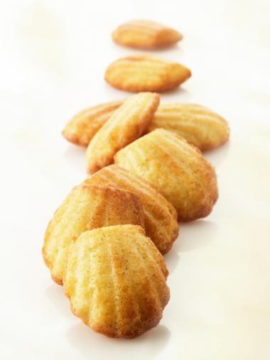 Madeleines met limoen http://njam.tv/recepten/madeleines-met-limoen
