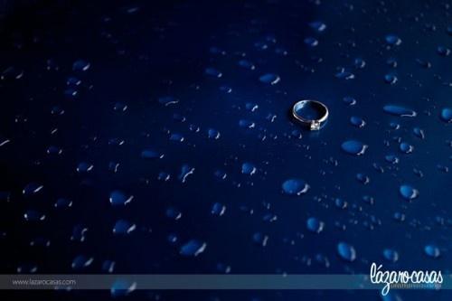 Fotografía a detalle del anillo de compromiso con fondo inspirado en el agua - Foto Lázaro Casas