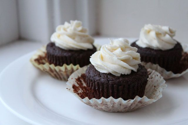 How to Make 100 Calorie Moist Chocolate Cupcakes | Can You Stay For Dinner?