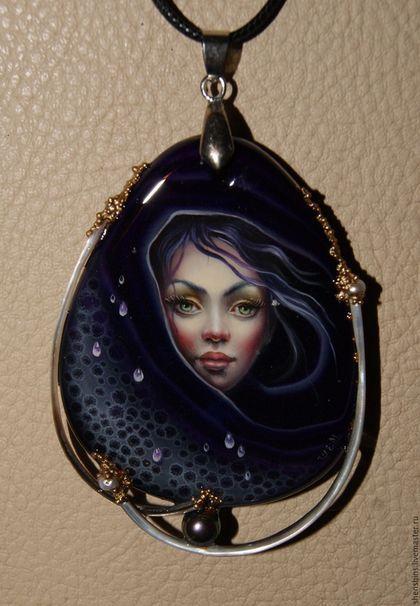 Купить или заказать Кулон 'Фиолетовый дождь' в интернет-магазине на Ярмарке Мастеров. Кулон на полудрагоценном камне. В оформлении использованы натуральный жемчуг и перламутр.