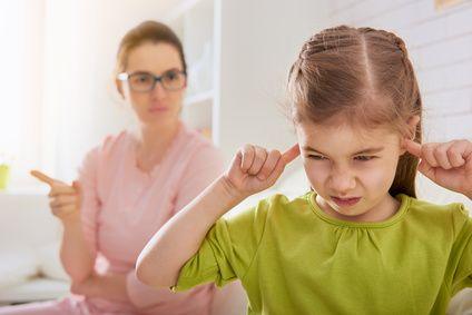 Wut, Ärger und Zorn sind Gefühle mit denen wir Menschen, aber insbesondere Eltern, oft konfrontiert werden. Sei es, weil wir selbst Wut empfinden oder weil unsere Kinder wütend werden. Das Verhalten unserer Kind führt uns nicht selten zur Weißglut und offenbar geht es unseren Kindern mit uns nicht anders. Aber ist das wirklich so? Ich denke an autonome Zweijährige, die sich wütend auf dem Boden werfen oder an Sechsjährige, die von einem Moment zum anderem um sich schlagen, Türen knallend…