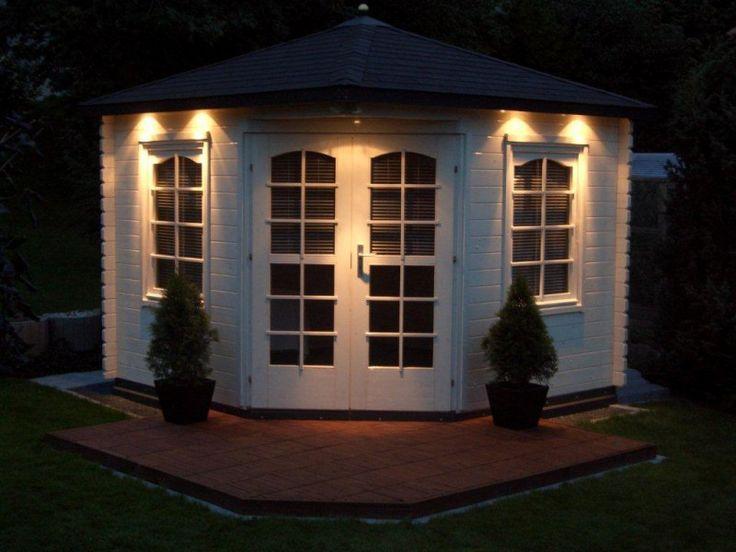 Die dezente Außenbeleuchtung an diesem 5-Eck-Gartenhaus ist besonders raffiniert verarbeitet. Auch im schmalen Schein der Lichter machen die Thuja links und rechts von der Türe eine besondere Stimmung.