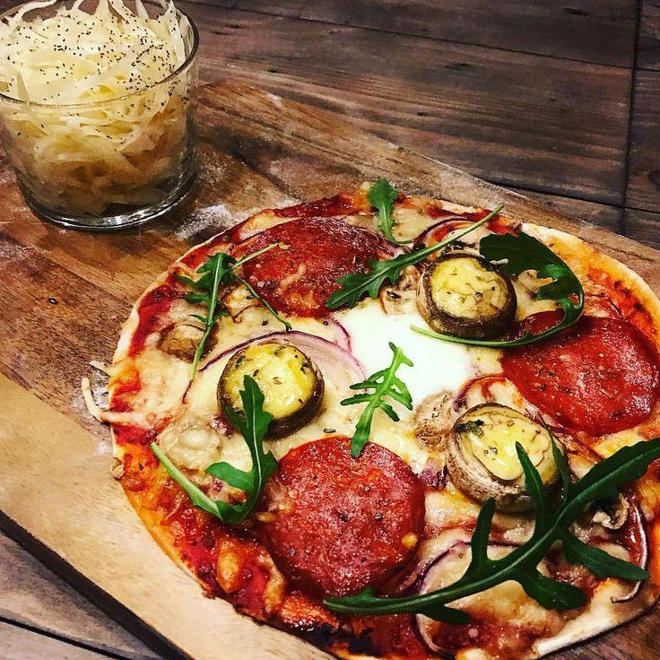 Fredag & mini pizza!   Ett tips, använd @santamaria tortilla-bröd som botten och @mutti_tomatoes tomatsås. Sen är det bara att kasta på det du vill ha!  På denna har jag: tomatsås, ost, chorizo-korv, mozzarella, vitlöksfyllda champinjoner, skivad champinjon, rödlök och sedan ruccola efter ugn! Hur gott?! 😍  fav recept