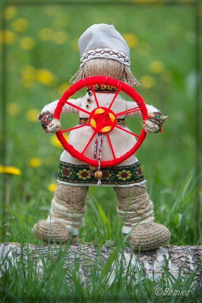 «Спиридон-Солнцеворот». Его смысл − поворачивать Солнце. Поэтому - Спиридон поворотом колеса может полностью изменить вашу жизнь, направив ее в нужную сторону, вызвать желаемые перемены, особ. когда требуется разрешение ситуации.