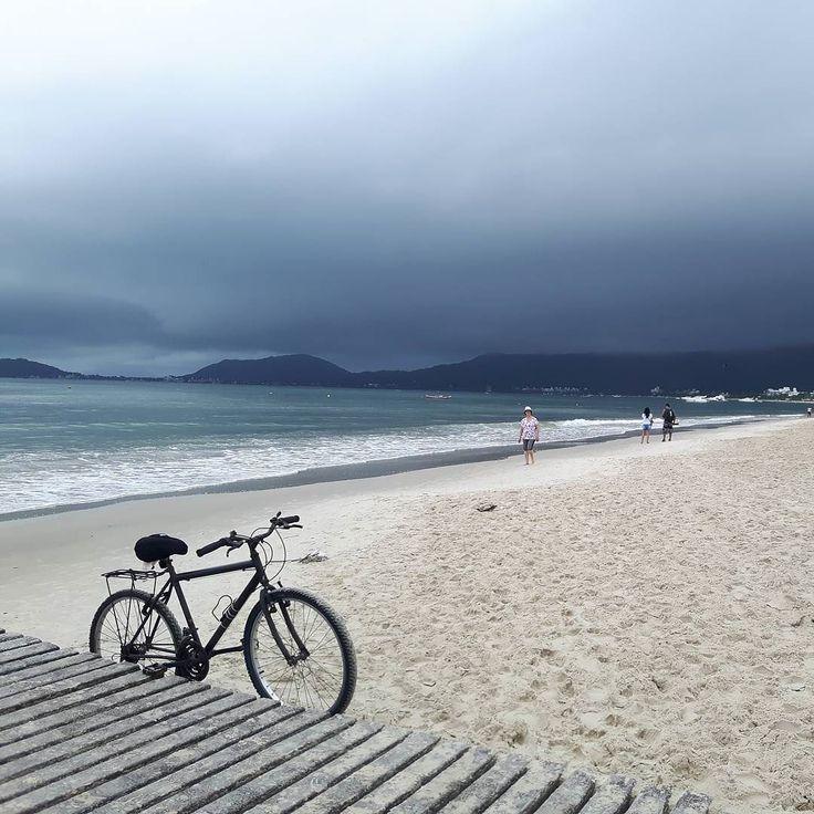 Se viene la tormenta! El cielo se pintó de azul oscuro profundo cerrado. El morro desapareció y el agua no tardó en llegar. Hace días que el clima no acompaña pero se trabaja igual... el día que salga el sol se llena todo!  #Florianopolis #Brasil #SouBemFloripa #weather #sky #summer #travelblogger #iamTB #comuviajera #Aviajar #travel #instatravel #photoofthedayr #picoftheday #instatraveling #ŕ #igpassport #instago #lifestyle #mytravelgram #travelphoto #wanderlusts #traveltheworld #world…