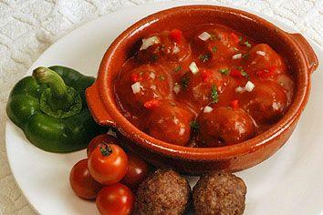 tapas: gehaktballetjes in tomatensaus.